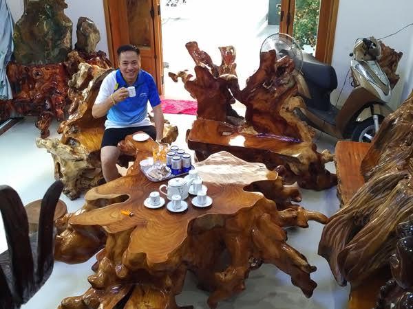 Bộ bàn ghế bằng gỗ huỳnh đàn quý hiếm có một không hai.