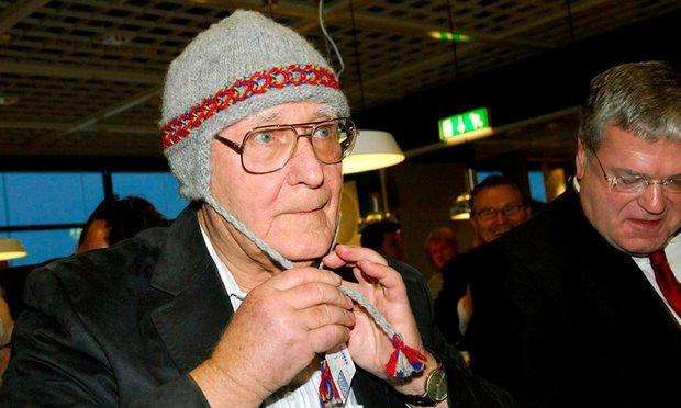 Nhà sáng lập thương hiệu Ikea – Ingvar Kamprad đội chiếc mũ truyền thống trong dịp khai trương một chi nhánh ở Thụy Điển. Tỷ phú tiết lộ ông thường mua quần áo ở chợ trời. Ảnh: Thord Nilsson/EPA