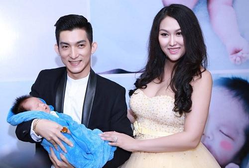 Vợ chồng Phi Thanh Vân hạnh phúc trong lễ đầy tháng con trai.