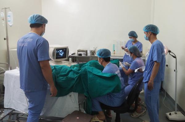 Các bác sĩ đang tiến hành đưa phôi vào trong niêm mạc của bệnh nhân