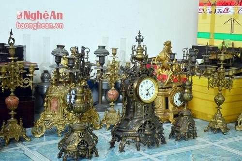 Trong căn phòng nhỏ tại phường Đội Cung (TP Vinh), bộ đồng hổ cổ được anh Tạ Quang Sơn sưu tầm hàng chục năm qua được giới sành chơi ước tính có giá trị hàng tỷ đồng.
