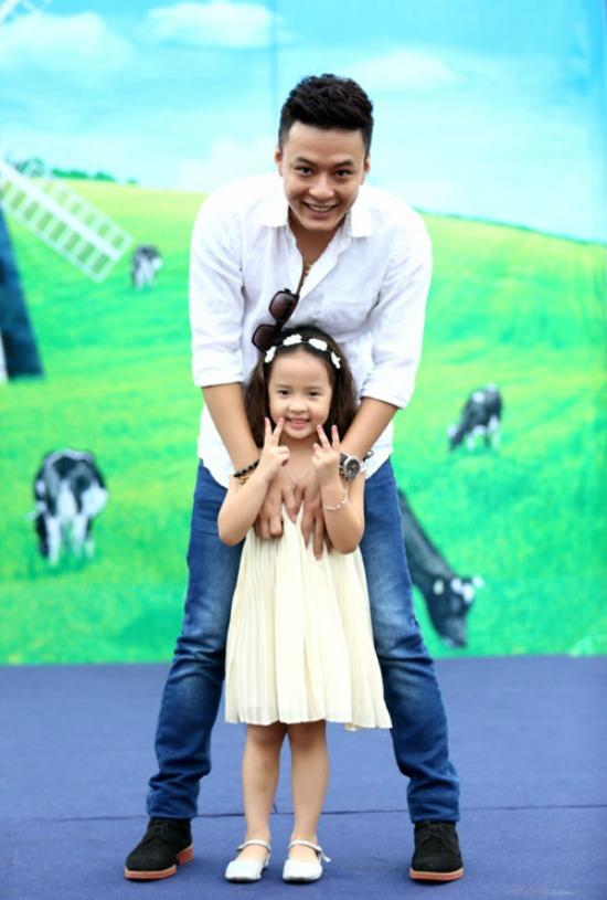Hồng Đăng vui đùa bên con gái cưng.