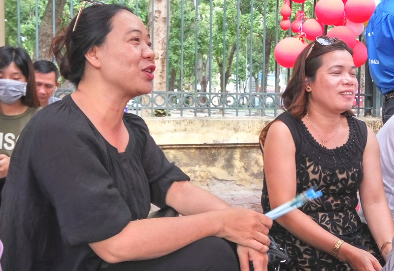 Chị Bích Kiên trò chuyện với các phụ huynh cùng đưa con đi thi ở ĐH Bách Khoa