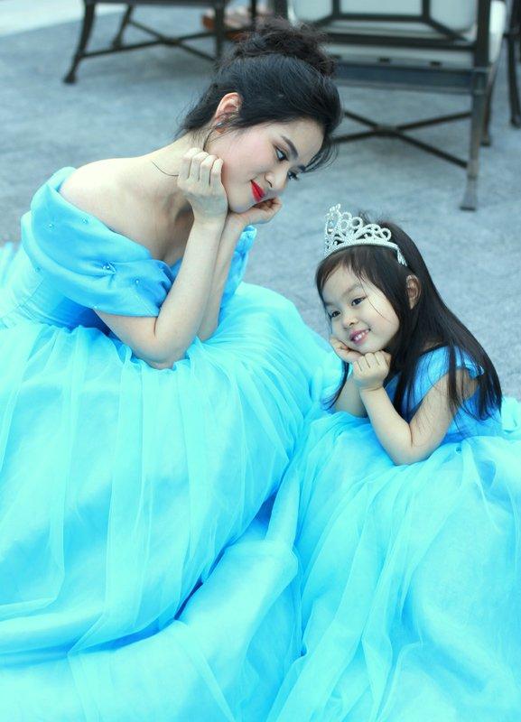 MC Bùi Phương Linh và con gái 4 tuổi.