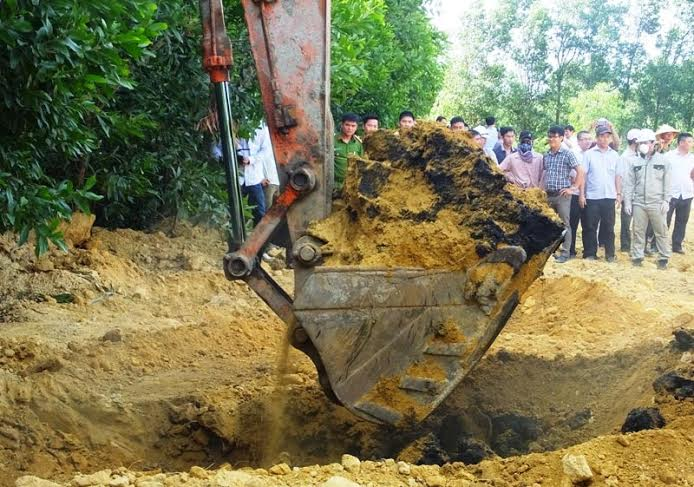 Các cơ quan chức năng tiến hành khai quật, đưa toàn bộ số chất thải ra khỏi lòng đất