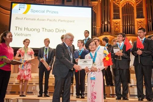 Hương Thảo nhận giải thưởng nữ sinh Châu Á xuất sắc nhất. Ảnh: Lan Anh/GD-TĐ