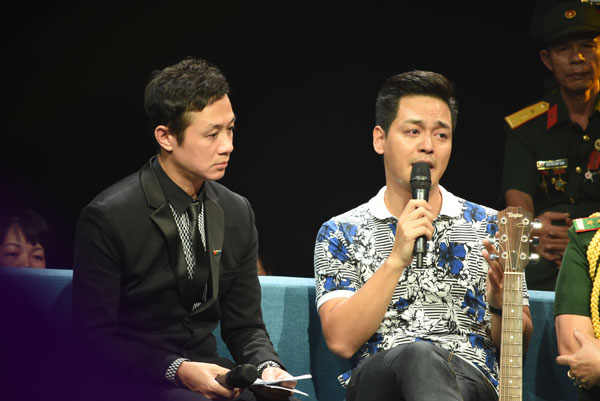 MC Phan Anh (phải) không cầm được nước mắt trước máy ghi hình.