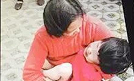 Người hàng xóm phát hiện Liu Liu bị rơi lầu.
