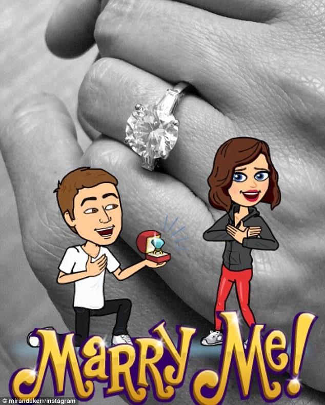 Miranda Kerr khoe nhẫn đính hôn với bạn trai Evan. Ảnh: Instagram
