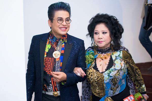 Mặc dù chưa xác định được tuổi thực của bà Thúy Nga, nhưng được biết, Thanh Bạch ít hơn bà rất nhiều tuổi (MC Thanh Bạch sinh năm 1959)
