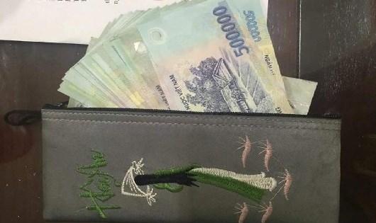 Gần 30 triệu đồng trong ví của chị Lan vẫn còn nguyên cùng một số giấy tờ tùy thân.