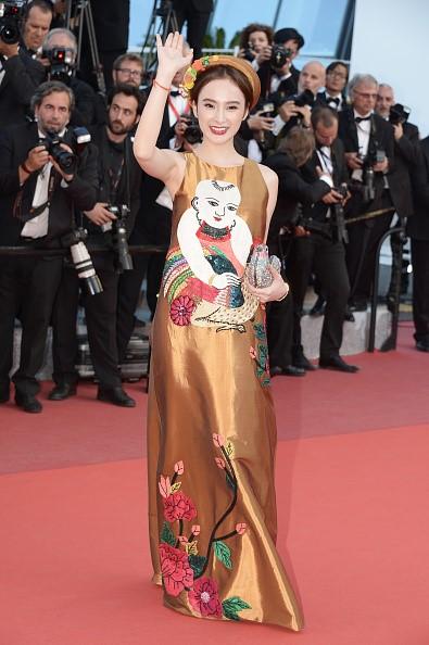 Phương Trinh diện trang phục đậm chất Việt trong ngày đầu tại Cannes. Ảnh: Getty Images