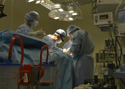 Bác sĩ Tuấn và ê kíptrong ca mổ cứu nữ sinh viên. Ảnh:T.P