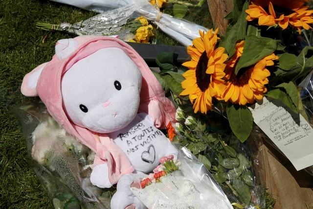 Người dân đặt hoa tưởng niệm các nhân trong vụ tấn công ở Nice. Trong số những người thiệt mạng có nhiều trẻ em đang đi xem pháo hoa cùng bố mẹ. Ảnh: Reuters
