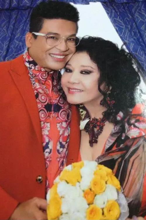 Trước đám cưới hoành tráng trưa 14/7, cặp đôi từng bị rò rỉ nhiều hình ảnh thân mật trong những buổi tiệc được cho là đám cưới nháp.