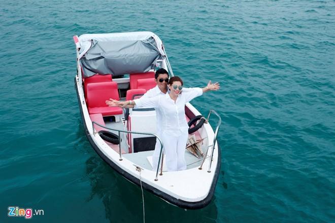 Kinh Quốc và vợ mới chụp hình cưới ở đảo Nam Du. Ảnh: NVCC