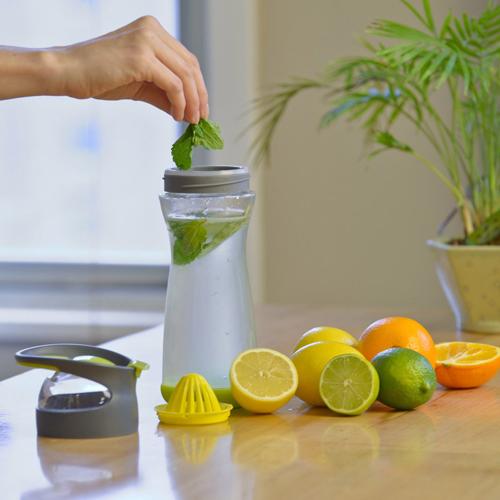 Nước chanh pha loãng uống trong cả ngày giúp thải độc, tiêu mỡ hiệu quả.
