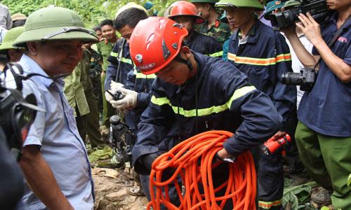 Hàng trăm người thuộc nhiều lực lượng đang nỗ lực giải cứu nhóm phu vàng ở hang Nước. Ảnh: Lê Hoàng.