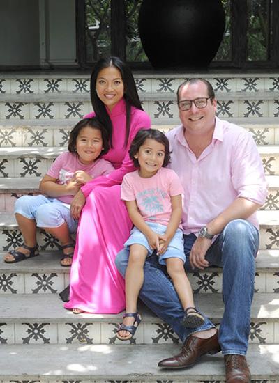 Cựu người mẫu Bằng Lăng cùng chồng con trong chuyến về Việt Nam 2015.
