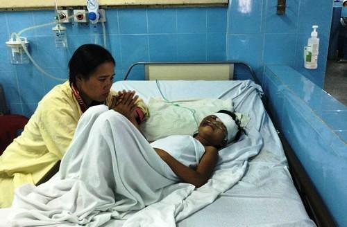 Bé Hồ Thị Ngọc H. đang nằm điều trị tại bệnh viện.
