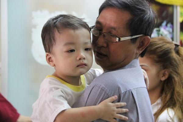 Bé Huy sau gần 2 tháng ở trung tâm bảo trợ vì bị bỏ rơi trên taxi đã được gia đình đón về
