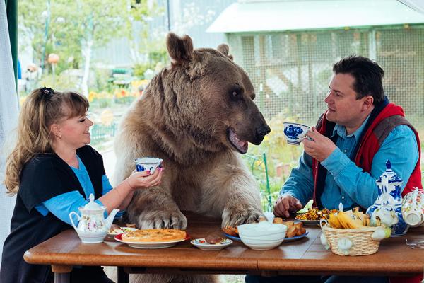 Stepan dùng bữa với ông bà chủ tại bàn. Ảnh: Caters