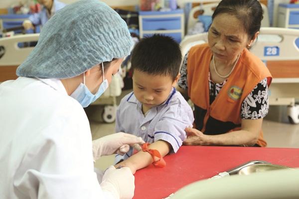 Trẻ em Thalassemia gắn với việc truyền máu - thải sắt suốt đời. Ảnh: Trương Ngọc Sơn