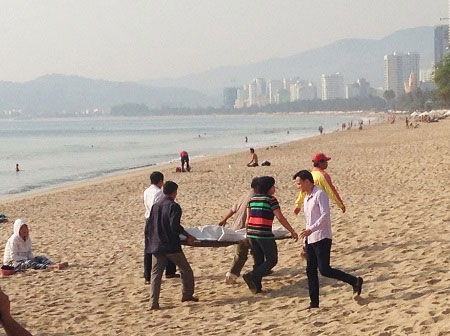 Đội cứu hộ bờ biển Nha Trang đưa thi thể nạn nhân vào bờ