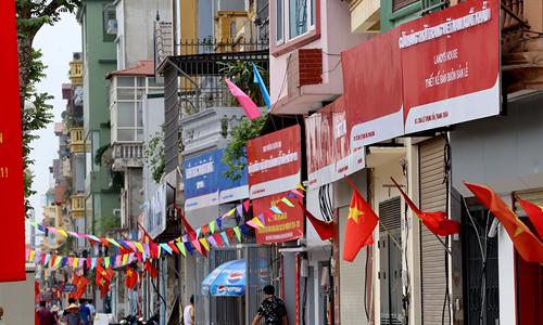 Biển đồng phục với hai màu đỏ hoặc xanh được chính quyền địa phương lắp miễn phí cho các hộ dân phố Lê Trọng Tấn. Ảnh: Bá Đô.