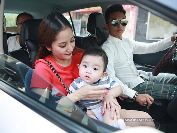 Phan Hiển lái xe chở Khánh Thi và con trai tới mở cửa câu lạc bộ khiêu vũ do họ thành lậptại TP HCM.