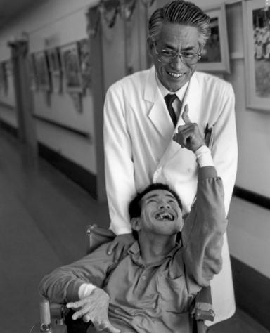 Bác sĩ và một bệnh nhân Minamata trong bệnh viện. Ảnh: ehp.niehs.nih.gov