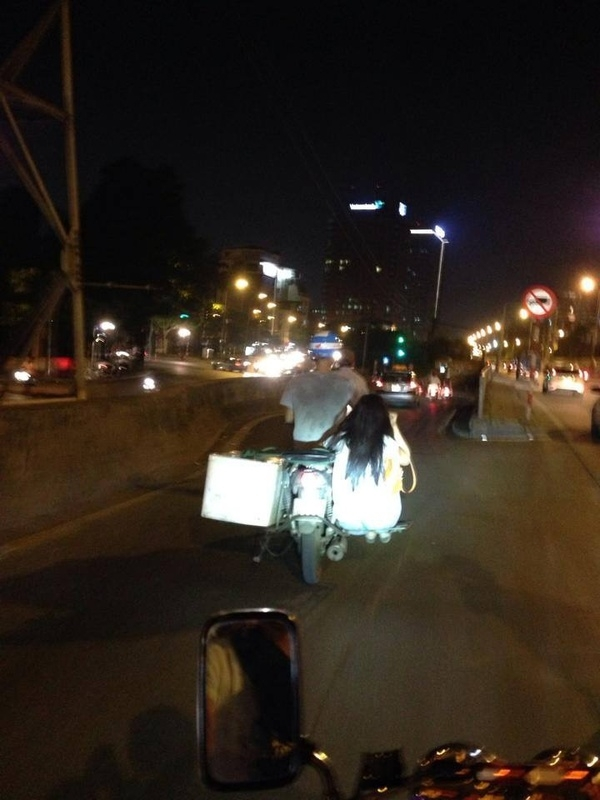 Phong cách chở người yêu cực lạ trên đường phố Hà Nội. (Ảnh: Hải Linh Nguyễn)