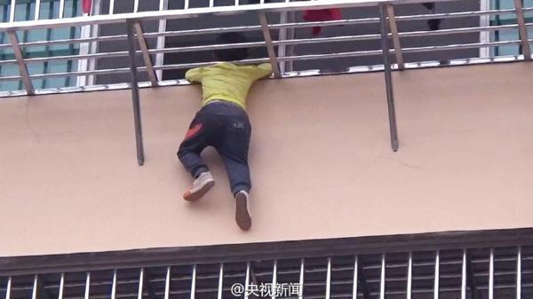Hình ảnh cậu bé bị mắc kẹt đầu, cơ thể treo lủng lẳng trên lan can tầng 4 khiến nhiều người hú vía.