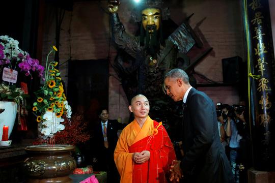 Tổng thống Obama trong chùa Ngọc Hoàng. Ảnh: Reuters
