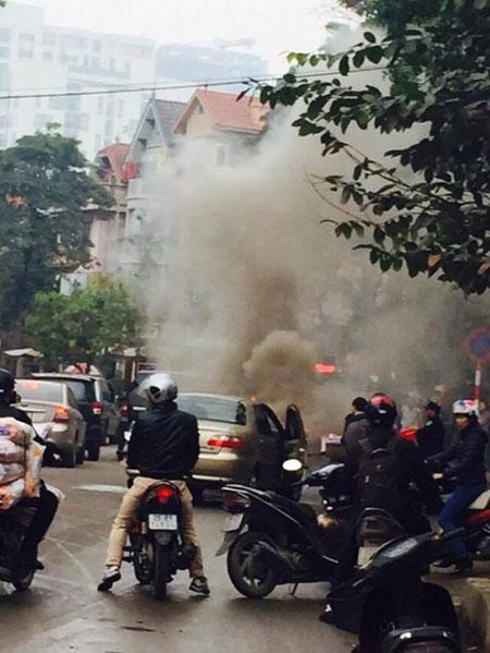 Chiếc xe ô tô màu sữa bốc cháy nghi ngút khiến nhiều người trên đường bàng hoàng - (Ảnh: FB).