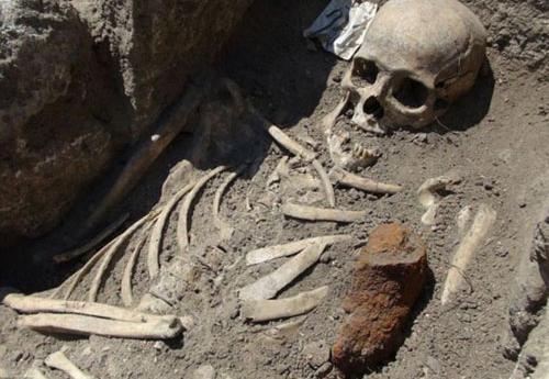 Bộ hài cốt được dưới lớp cát chôn vùi không dưới 2 năm. Ảnh minh hoạ.