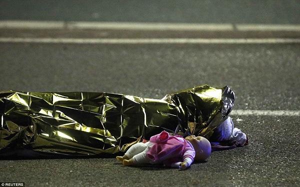 Con búp bê nằm cạnh một thi thể nạn nhân thiệt mạng trong vụ khủng bố ở Pháp trở thành bức ảnh biểu tượng trong sự kiện đẫm máu này.