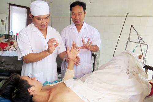 Nam bệnh nhân hồi phục, đang được các bác sĩ theo dõi và tập vật lý trị liệu. Ảnh: N.X