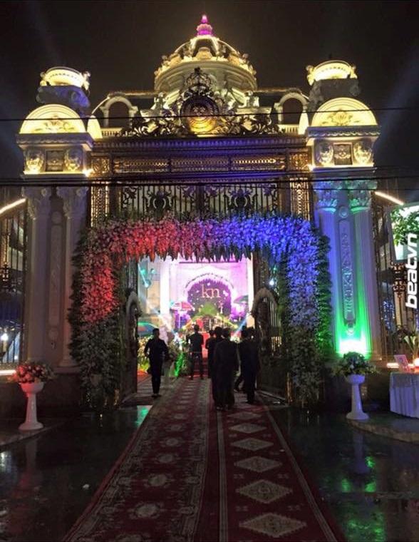 Đám cưới trang trí cầu kỳ xa hoa từ trong nhà ra tận ngoài ngõ, với cả một sân khấu ngay trong khuôn viên lâu đài