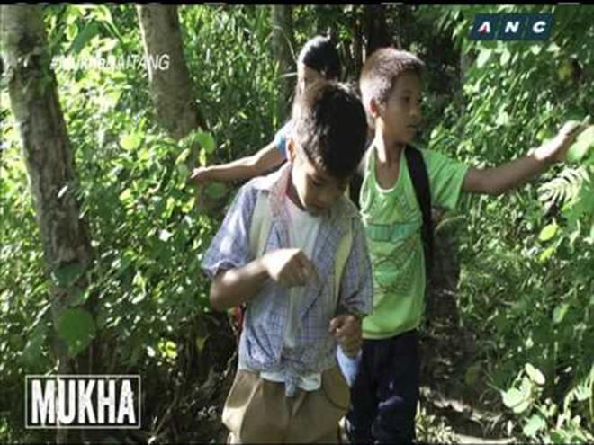 Anh em nhà Nayusan vượt rừng đến trường. Ảnh cắt từ clip.
