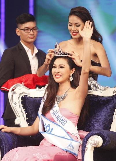 Nhan sắc và tuổi tác của Diệu Ngọc bị cho là khá cứng ở Miss World 2016.