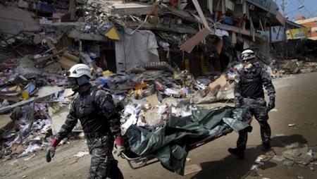 Lực lượng cứu hộ hôm 18/4 khiêng một thi thể trên cáng, khi họ tìm người sống sót sau động đất ở Manta, Ecuador. Ảnh: AP