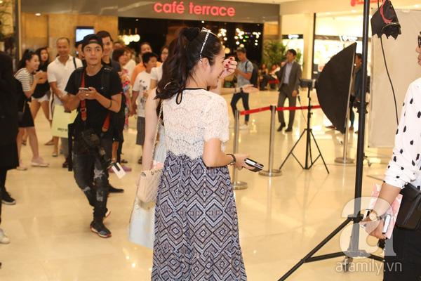 Tối qua (4/8), Dương Cẩm Lynh đã bất ngờ xuất hiện tại 1 trung tâm thương mại lớn ở TP.HCM.