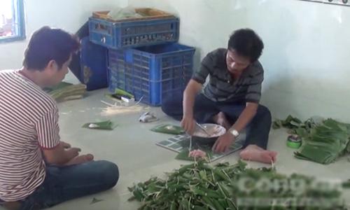 Các nhân công dùng lá chuối gói thành những cây chả nhỏ.