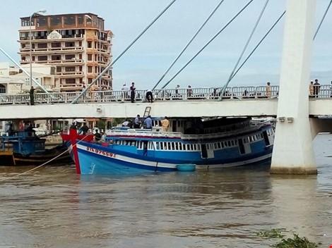 Tàu mắc kẹt dưới cầu.