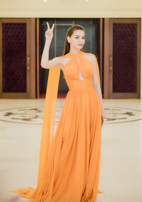 Hà Hồ rạng rỡ như nữ thần khi xuất hiện tại buổi họp báo ở Hà Nội vào chiều 14/7.