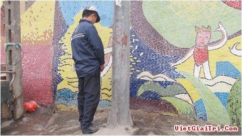 Trên các đường phố Thủ đô, hình ảnh này không còn xa lạ. Cách đây khoảng 3 năm, 2 người đàn ông vì tè bậy trên khu vực cầu Tình (Hà Nội), đã bị 2 kẻ khác lợi dụng, bắt nộp phạt số tiền 300.000 đồng.