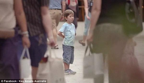 Bé trai đứng lạc lõng giữa đám đông trong thử nghiệm.