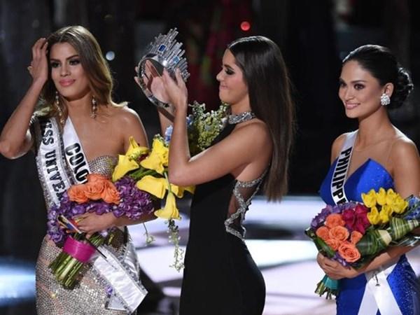 Hoa hậu Colombia nói scandal trao nhầm vương miện đã làm cho không chỉ bản thân cô mà còn cả quốc gia cô đại diện và cộng đồng người Latin bẽ mặt. Cô đồng ý với Donald Trump cho rằng nên trao đồng giải Hoa hậu cho mình và Hoa hậu Philippines Pia Wurtzbach (bìa phải)- Ảnh: AFP