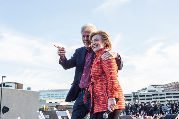 Vợ chồng cựu tổng thống Mỹ Bill Clinton và phu nhân Hillary, người hiện chạy đua vào Nhà Trắng.